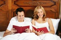 чтение кровати Стоковая Фотография
