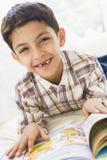 чтение мальчика восточное среднее стоковые фотографии rf