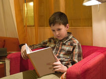 чтение мальчика книги Стоковое Фото