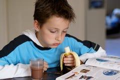 чтение мальчика Стоковое фото RF
