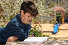 чтение мальчика Стоковые Изображения