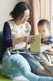 Чтение матери и сына стоковое изображение rf
