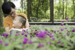 Чтение матери для сына стоковые изображения rf