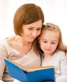 чтение мати дочи книги маленькое стоковые изображения