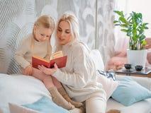 чтение мати дочи книги маленькое стоковые фото