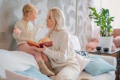 чтение мати дочи книги маленькое стоковые изображения rf