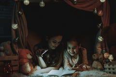 чтение мати дочи книги стоковые изображения