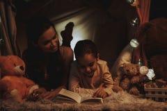 чтение мати дочи книги стоковое изображение