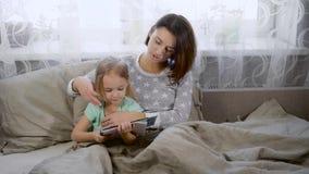 чтение мати девушки книги маленькое сток-видео