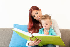 чтение мати ребенка стоковая фотография
