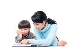 чтение мати ребенка стоковые фотографии rf