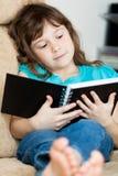 Чтение маленькой девочки стоковая фотография rf