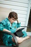 Чтение мальчика на таблетке стоковое фото rf