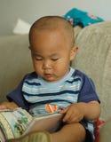 чтение младенца Стоковые Фото
