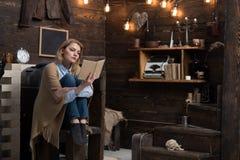 Чтение мое хобби Милая женщина прочитала книгу Студент женщины наслаждается прочитать грамотность Студент получает знание от книг стоковые фото