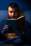 Чтение ночи Стоковые Фотографии RF