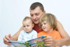 чтение отца Стоковое фото RF
