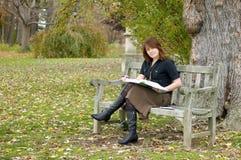 чтение парка девушки Стоковая Фотография