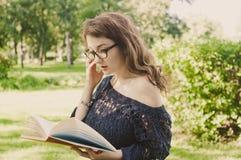 чтение парка девушки книги Стоковое Фото