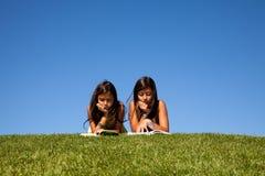 чтение парка Стоковые Фотографии RF
