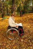чтение парка Стоковая Фотография