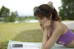 чтение парка Стоковое фото RF