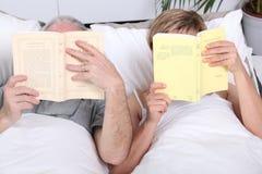 чтение пар кровати совместно Стоковые Изображения RF