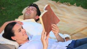 Чтение пар расслабляющее книга outdoors сток-видео