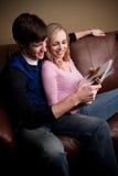 чтение пар счастливое стоковое изображение rf