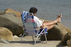 чтение пляжа стоковое фото