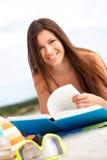 Чтение пляжа Стоковые Фотографии RF