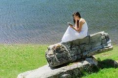 чтение природы Стоковая Фотография
