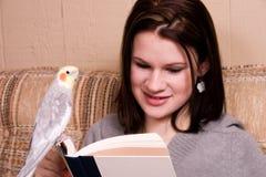 чтение приятеля Стоковое фото RF