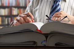 чтение профессора журнала бизнесмена стоковая фотография rf