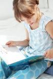 чтение ребенка книги Стоковые Изображения