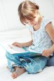 чтение ребенка книги Стоковое Изображение