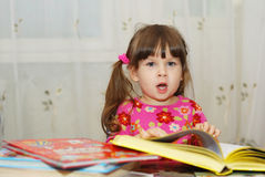 чтение ребенка книги стоковое изображение rf