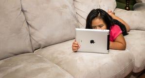 Чтение ребенка на iPad Стоковые Изображения RF