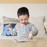 чтение ребенка Стоковая Фотография