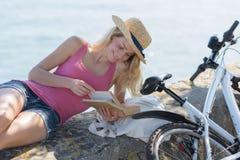 Чтение рядом с морем стоковые изображения