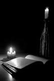 чтение света горящей свечи Стоковые Изображения RF
