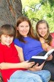 чтение семьи книги Стоковая Фотография RF