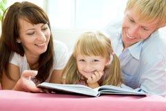 чтение семьи стоковая фотография