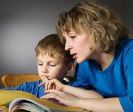 чтение семьи Стоковые Фото