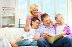 чтение семьи Стоковое Изображение
