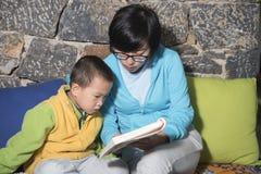 Чтение семьи Стоковое фото RF