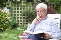 Чтение старшего человека стоковые фотографии rf