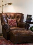 чтение стула кожаное стоковое изображение rf