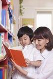 Чтение студента и учителя стоковое изображение rf