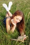 чтение травы девушки длиннее Стоковая Фотография